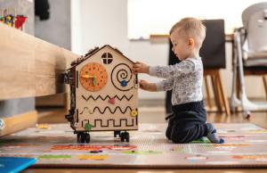 Có nên đầu tư đồ chơi xịn cho bé hay không?